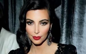 Κι όμως, η Kim Kardashian προσέλαβε make-up artist ειδικά για να βάψει το μπούστο της