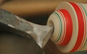 Δείτε πως ένα κομμάτι περιστρεφόμενου ξύλου μετατρέπεται σε παραδοσιακό έργο τέχνης