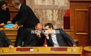 Βουλή: Ο Τσίπρας σκούντηξε τον Βαρουφάκη για να ψηφίσει Πρόεδρο! (video)