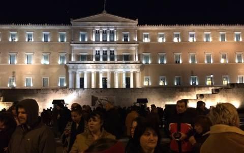 Σε εξέλιξη συλλαλητήριο υπέρ της ελληνικής κυβέρνησης στο Σύνταγμα (video&photos)
