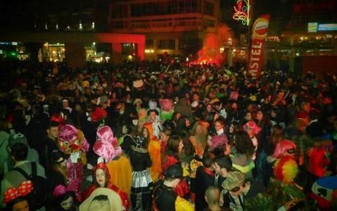 Ξάνθη: Ξέφρενο γλέντι στη νυχτερινή παρέλαση (Video)