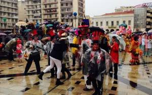 Συνεχίζεται η καρναβαλική παρέλαση στην Πάτρα παρά την βροχόπτωση