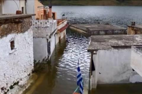 Κρήτη: Μοναδικά πλάνα από το χωριό που βυθίζεται! (Video)