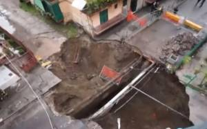 Νάπολη: Άνοιξε η γη και (δεν) τους κατάπιε! (video)