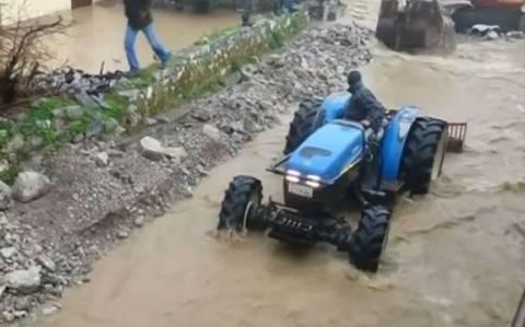Ηράκλειο: «Βυθίζονται» χωριά από τον φουσκωμένο Δρακουλιάρη (Video)