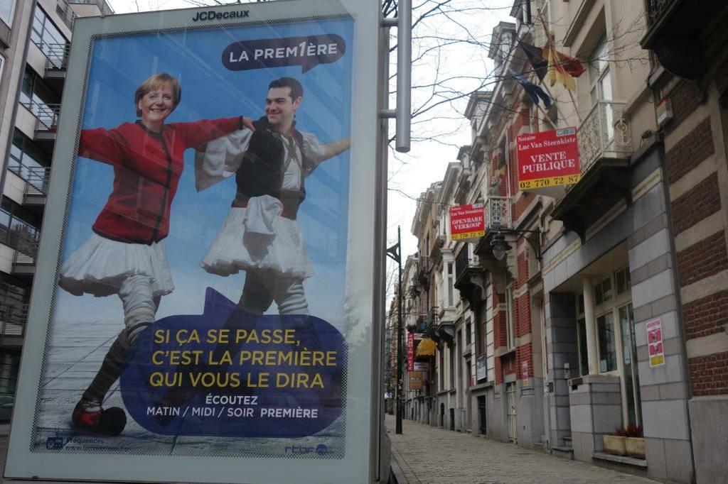 Χαμός στο Twitter με το... συρτάκι του Τσίπρα με τη Μέρκελ