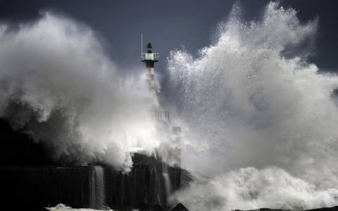 San Esteban de Pravia: O Φάρος και τα κύματα (photos)