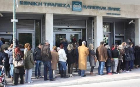 Ουρές συνταξιούχων έξω από τις τράπεζες για τις συντάξεις
