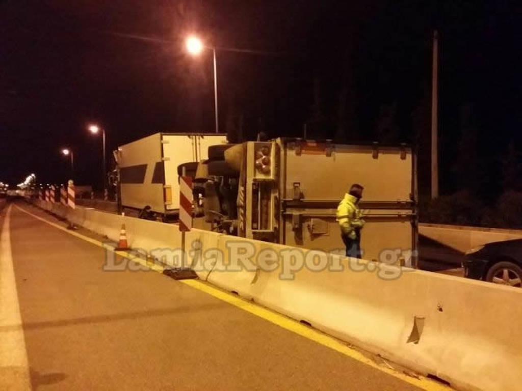 Λαμία: Ανατροπή νταλίκας – Έκλεισε η εθνική οδός (photos)