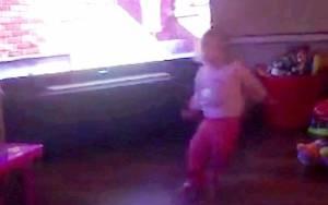 Μυστηριώδης δύναμη πετά κοριτσάκι στο πάτωμα! (video)