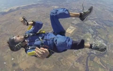 Θρίλερ στον αέρα: Αλεξιπτωτιστής μένει αναίσθητος κατά τη διάρκεια άλματος (videο)
