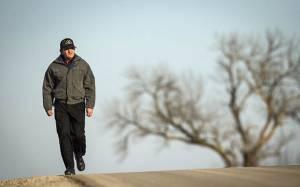 Καθημερινός γολγοθάς: Περπατά 56 χιλιόμετρα για τη δουλειά του (vid & pics)