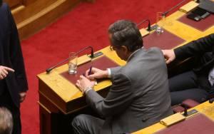 Θυσιάζει τους συνεργάτες του για την «καρέκλα» ο Σαμαράς