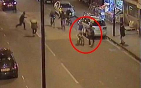 Μαχαίρωσαν εν ψυχρώ έφηβο για να του κλέψουν το ποδήλατο (video)