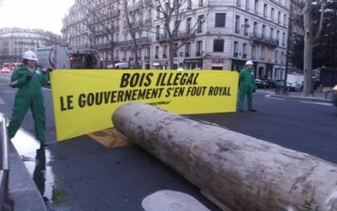 Greenpeace: Διαμαρτυρία με κορμό τεσσάρων τόνων μπροστά από υπουργείο (vid & pics)