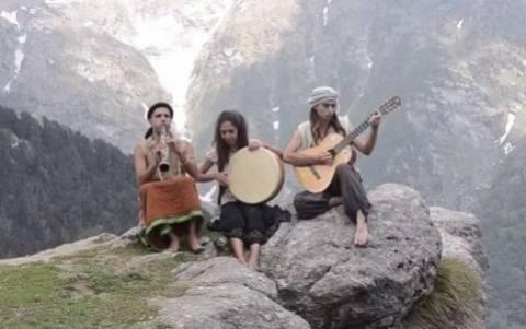 Εκπληκτικό βίντεο: Συγκλονιστική εκτέλεση τραγουδιού του Μίκη Θεοδωράκη στα Ιμαλάια!