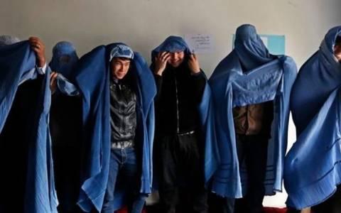 Αφγανιστάν: Άνδρες με μπούρκα διαδηλώνουν υπέρ των γυναικών
