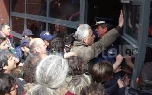 Τρίπολη: Κάτοικοι επιχείρησαν να εισβάλουν στο Δημαρχείο (Video και Photos)