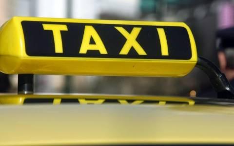 Ταξί «βούτηξε» στη μαρίνα Ζέας