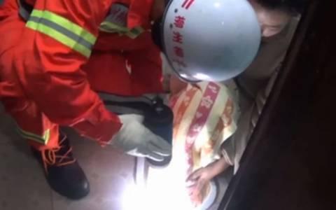 Κινέζα κόλλησε στη λεκάνη και απεγκλωβίστηκε με ένα… κουτάλι! (video)