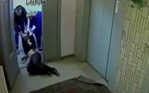 Σοκαριστικό video: Νοσοκόμοι σέρνουν αναίσθητο ασθενή στις σκάλες!