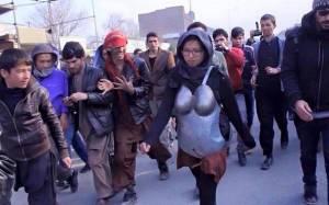 Πετροβόλησαν Αφγανή που διαμαρτυρήθηκε για τη σεξουαλική παρενόχληση των γυναικών