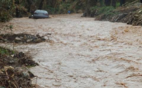 Χανιά: Αίσιο τέλος για οδηγό που παρασύρθηκε από ρέμα