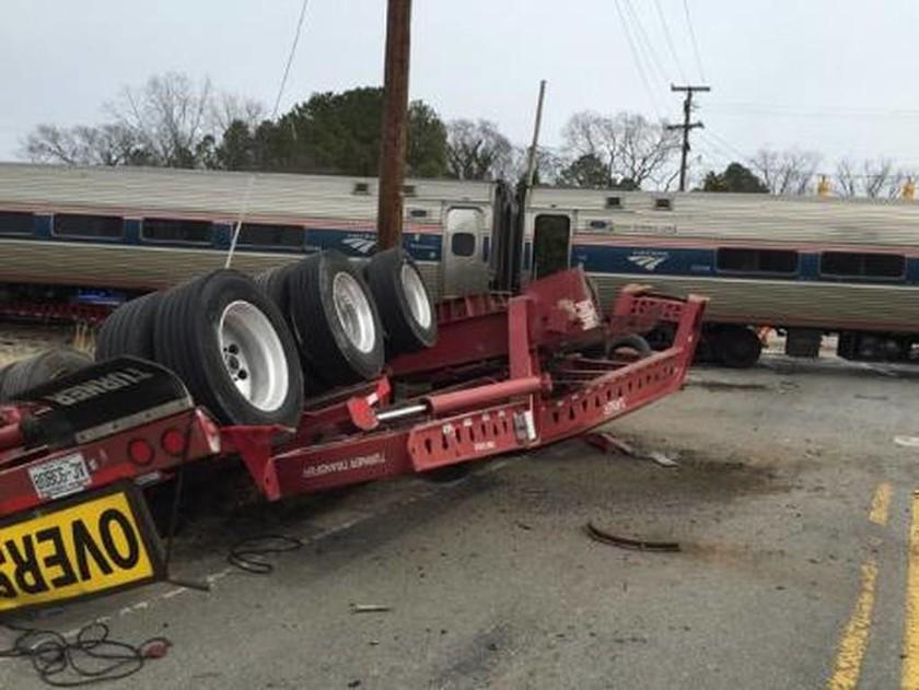 ΗΠΑ: Τρένο εκτροχιάστηκε μετά από σύγκρουση με νταλίκα (video+photos)