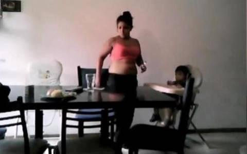 Νταντά χτυπά αγοράκι και κλέβει το φαγητό του (video)