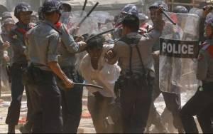 Μιανμάρ: Συγκρούσεις μεταξύ φοιτητών και αστυνομίας (photos)