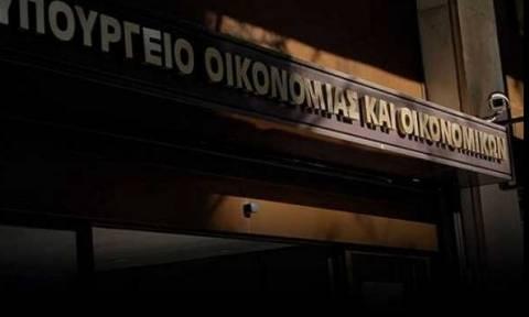 FT: Η ελληνική κυβέρνηση πιέζει τα ταμεία να παραδώσουν τις καταθέσεις τους