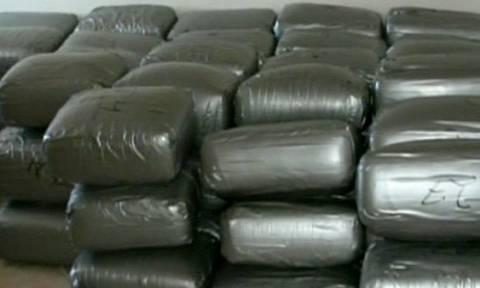 Τρελή καταδίωξη: Πέταξαν από το αυτοκίνητο 170 κιλά μαριχουάνα (video)