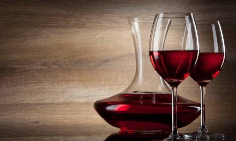 Ποιος είναι ο σωστός τρόπος για να σερβίρουμε ένα ποτήρι κρασί