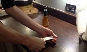 Πώς να ανοίξετε ένα μπουκάλι μπύρας με ένα κομμάτι χαρτί (Video)