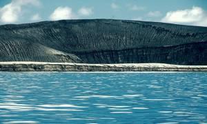 Νησί δημιουργήθηκε από έκρηξη ηφαιστείου (photos)