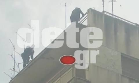 Δείτε πως αστυνομικός έσωσε άνδρα που απειλούσε να αυτοκτονήσει (Video)