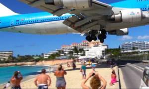 Αεροσκάφος πετά ξυστά πάνω από τα κεφάλια των λουόμενων (video)