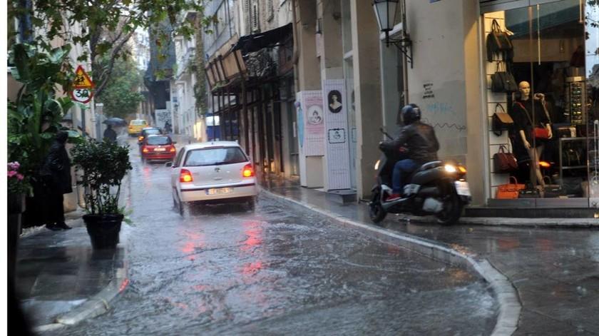Η Πλάκα είναι... όμορφη και λίγο βροχερή (photos)
