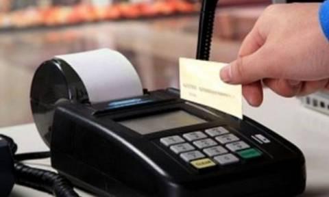 Κίνητρα για όσους πληρώνουν με χρεωστική κάρτα εξετάζει η κυβέρνηση
