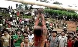 Εξαγριωμένο πλήθος βασανίζει μέχρι θανάτου βιαστή (vid & pics)