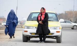 Αφγανιστάν: Η γυναίκα που οδηγεί ταξί και αντιστέκεται