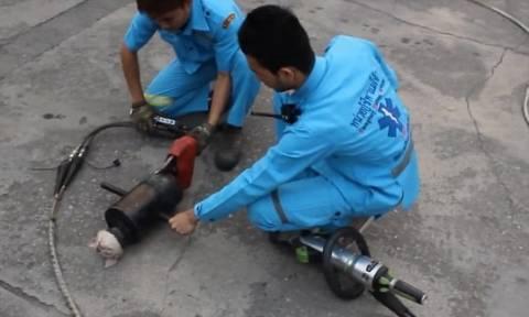 Ταϋλάνδη: Συγκλονιστική διάσωση κουταβιού (video)
