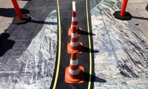 «Ατύχημα» με ανατροπή οχήματος στην πλατεία Συντάγματος (photos)