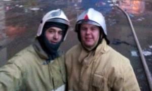 Πυροσβέστες έβγαλαν… selfie μπροστά σε φλεγόμενο κτήριο (Photo)