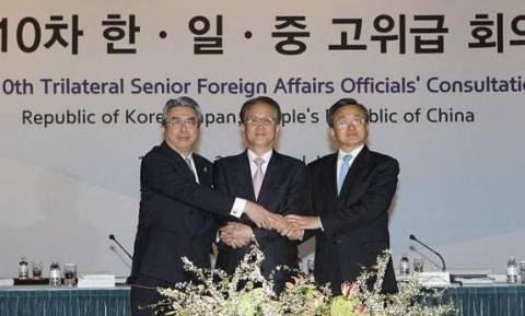 Συνάντηση έπειτα από 3 χρόνια για τους ΥΠΕΞ Κίνας-Ιαπωνίας-Ν. Κορέας