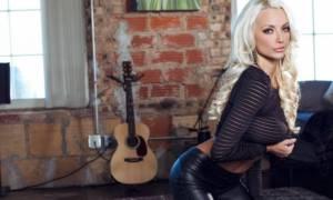 Σέξι μοντέλο «τρελαίνει» το διαδίκτυο (video)