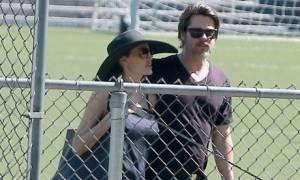 Βλέπουμε καλά; Ο Pitt & η Jolie ανταλλάσσουν παθιασμένα δημόσια φιλιά!