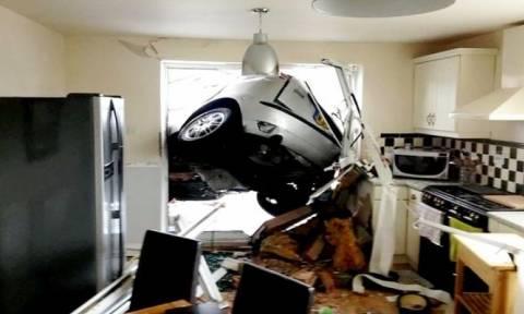 Αυτοκίνητο... καρφώθηκε στην κουζίνα σπιτιού (photos)