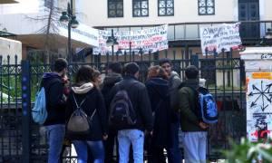 Δεν αποχωρούν οι καταληψίες της Νομικής - Αντιδρούν οι φοιτητές (Video)