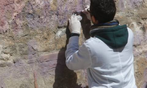 Ξεκίνησε ο καθαρισμός γκράφιτι στο ναό της Καπνικαρέας